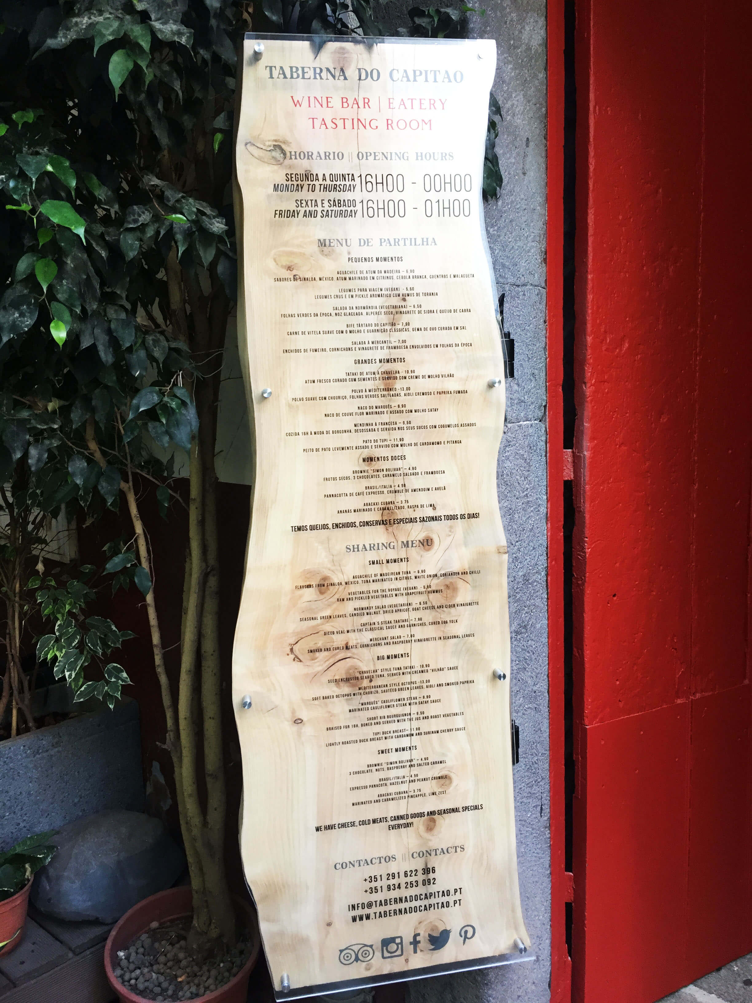 preçario em placa de acrilico e suporte em madeira envernizada mate