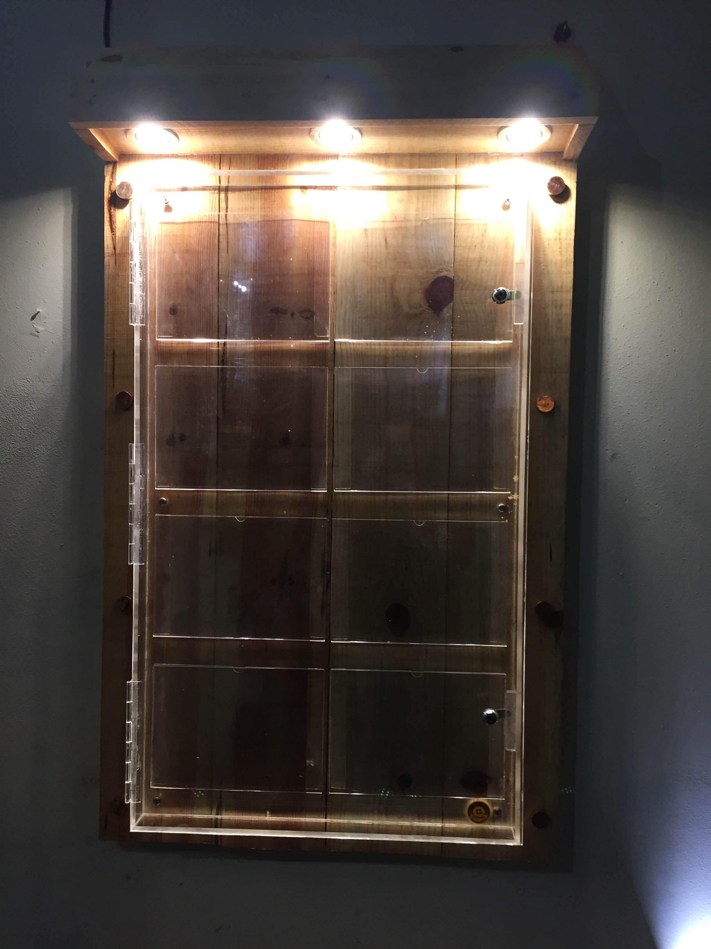 preçario para exterior rustico base em madeira tratada + caixa em acrilico estanque + aplicação de projetores de leds