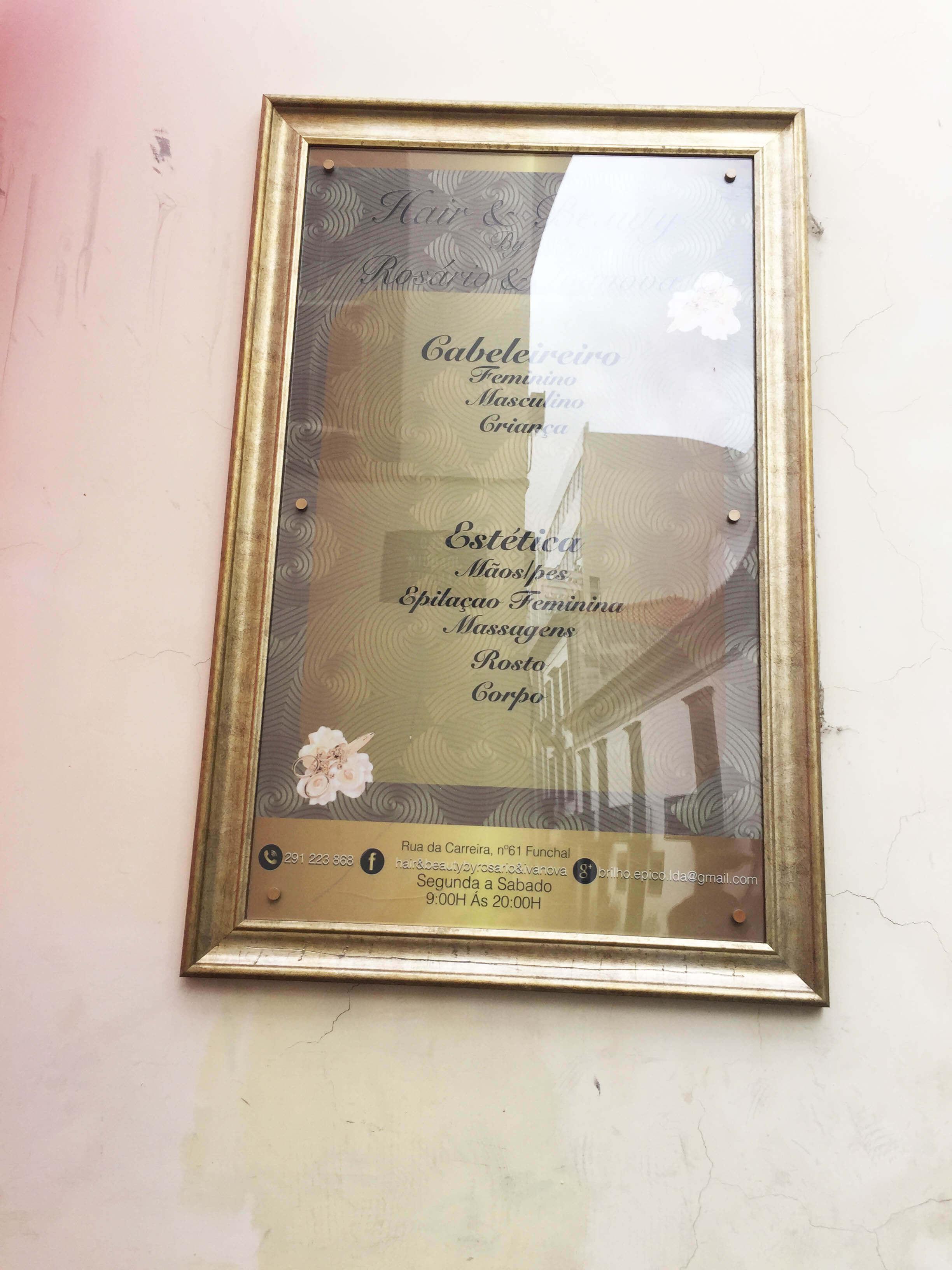 precario exterior em quadro dourado +aplicação de vinil impresso e laminado colado ao reverso em acrilico cristal